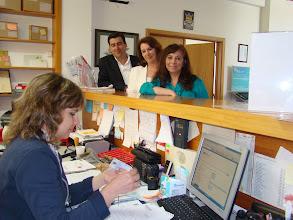 Photo: Fernando Horta, Celeste Vieira e Alexandra Borges, com a funcionária da Junta Maria dos Anjos
