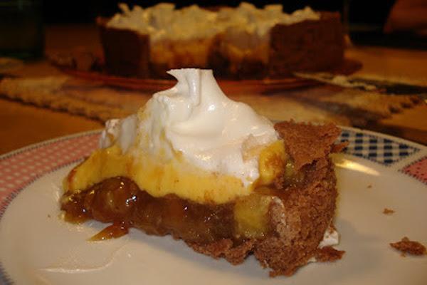 Torta de Massa de Chocolate, Banana Caramelada, Creme de Baunilha e Merengue