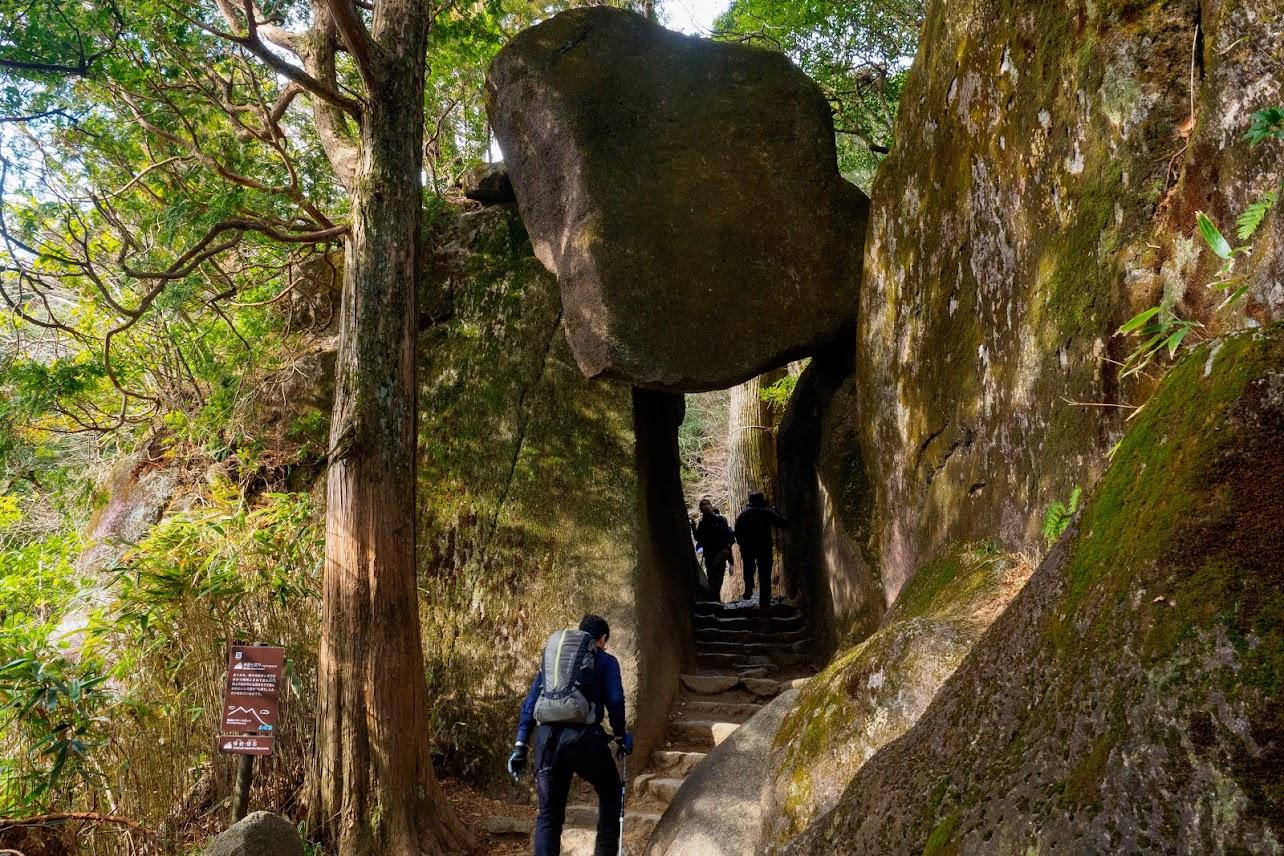 今にも落ちてきそうな岩「弁慶七戻り」。