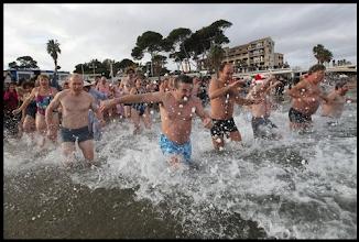 Photo: Notez que le photographe de Var Matin est lui aussi dans l'eau, mais avec une combinaison !