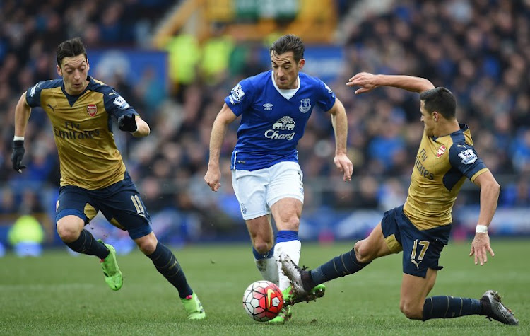 Everton's English defender Leighton Baines (C) vies with Arsenal's Chilean striker Alexis Sanchez (R) and Arsenal's German midfielder Mesut Ozil during the English Premier League football match between Everton and Arsenal at Goodison Park in Liverpool, north west England on March 19, 2016.