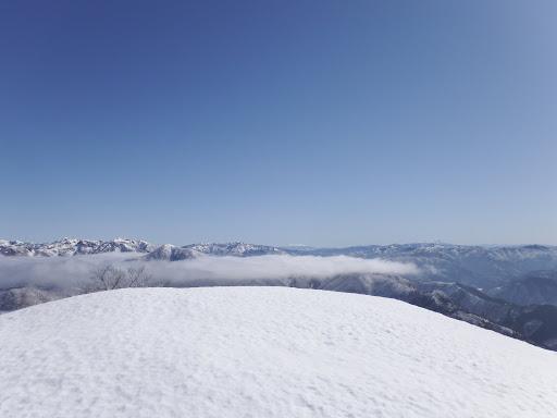 木曽御嶽山(右)、乗鞍岳(中央)など(左は石徹白の山)
