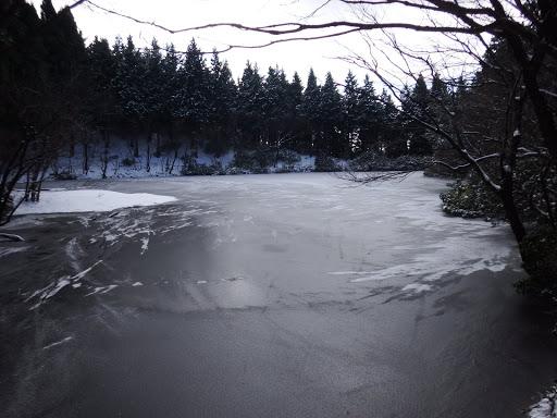 凍る水舟ノ池