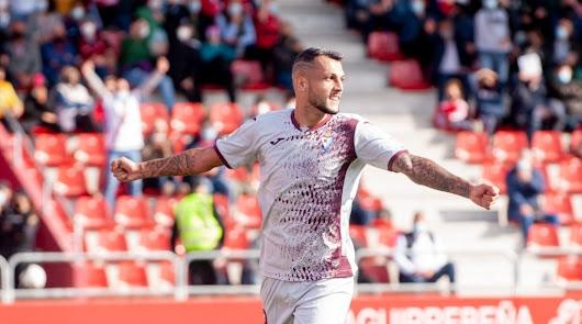 Stoichkov celebrando el sexto gol de su cuenta contra el Mirandés.