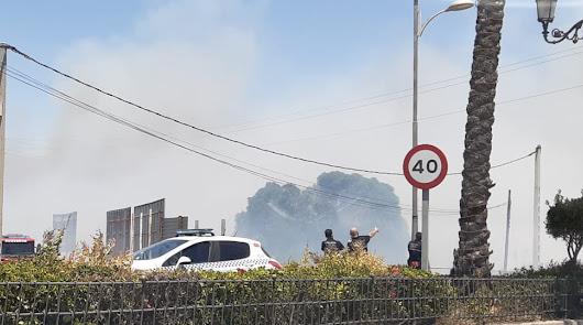 Incendio en Roquetas: el fuerte viento aviva un fuego en la Carretera de Alicún
