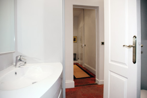Luxury en-suite bathroom at 2 Bedroom Apartment in Louvre Near Seine