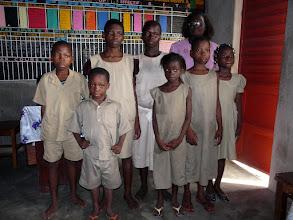 Photo: ces jeunes déshérités sont parrainés par une famille manchoise, qui elle même a en charge 5 enfants de la DASS