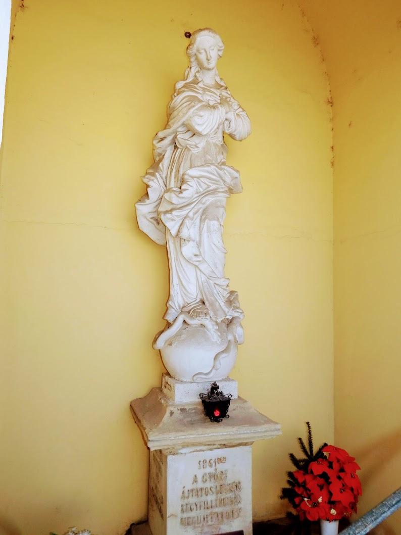 Győr - Hab Mária-szobor a kármelita templom melletti fülkében