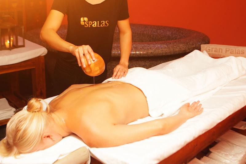 Persona recibiendo masajes y tratamientos terapéuticos naturales no invasivos en el Hotel Gran Palas Experience