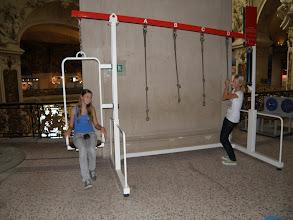 Photo: Který chytnu, abych jí zvedla? (Palais de la Découverte - Palác objevů)