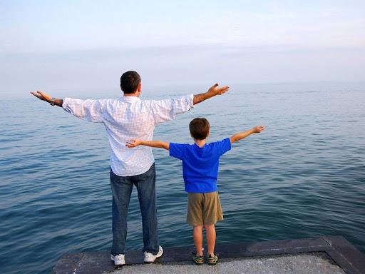 """Trên đường đi bộ về nhà, bé Hoàng sau một hồi do dự đã thổ lộ với bố: """"Bố ơi, con lấy máy bay của bạn Nam"""". Bố Hoàng im lặng một lúc rồi nhẹ nhàng nói với con trai: """"Vậy, chúng ta quay lại trả máy bay cho bạn Nam nhé""""."""