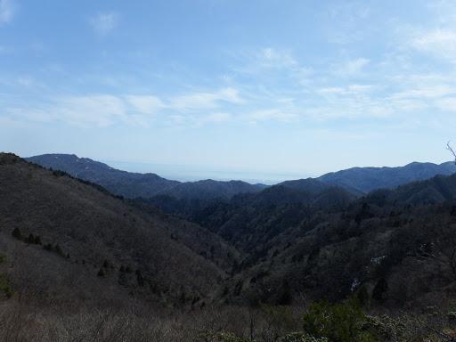 釈迦ヶ岳と国見岳の間に伊勢湾