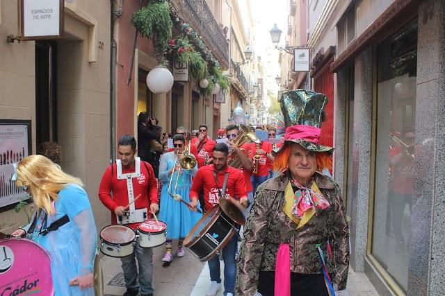 Nicolás Castillo, presidente de FEMACA, encabezando el cortejo de la Sardina en la calle de las Tiendas.
