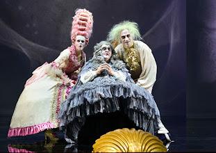 """Photo: WIEN/ Burgtheater: """"Der eingebildete Kranke"""" von Jean Baptist Moliere, Premiere 5.12.2015. Inszenierung: Herbert Fritsch. Dorothee Hartinger, Hermann Scheidleder, Joachim Meyerhoff. Copyright: Barbara Zeininger"""