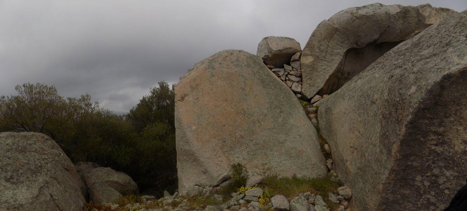 Vestiges d'enceintes au sommet des blocs (photo Olivier Hespel)