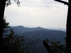 左奥に大仏、中央奥に弥仙山など
