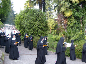 Photo: Dietro le monache, una piccola folla di laici, per lodare e acclamare il Signore