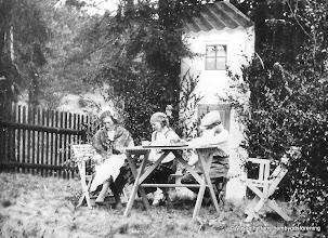 Photo: Vasselhyttans bygdegård 1935. Fr vänster Nanny Hansson, Greta Rydberg, Einar Vernersson