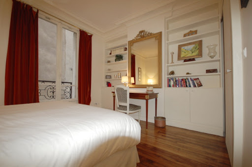 Superior bedroom in Rue Jean du Bellay Apartments