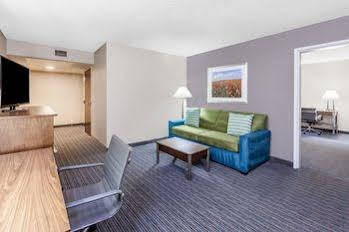 Holiday Inn and Suites Oklahoma City North