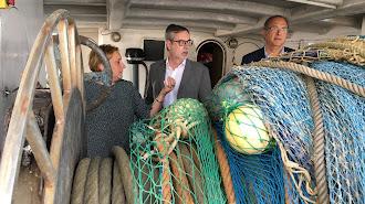 Villegas, en el centro, dentro de un barco.