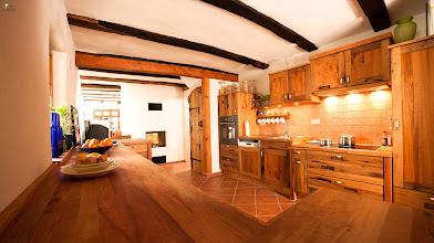 Photo: Altholzküche mit Speisekammertür ebenfalls aus Altholz