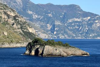 Photo: Isolotto Isca; a sx Torre di Crapolla. Sullo sfondo Monte Tre Calli