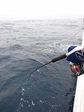 """Photo: おとなりの""""〇〇さん""""もフィーッシュ! ・・・でしたが水面で「ポロリ」でした。 魚は間違いなくヒラスでした! 残念!"""