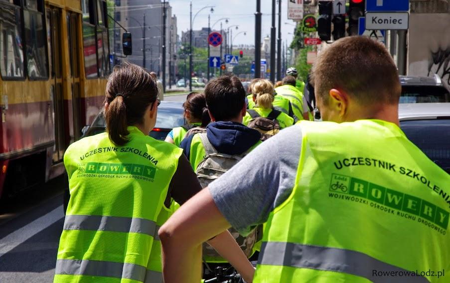Uczestnicy rowerowego kursu na ulicach Łodzi