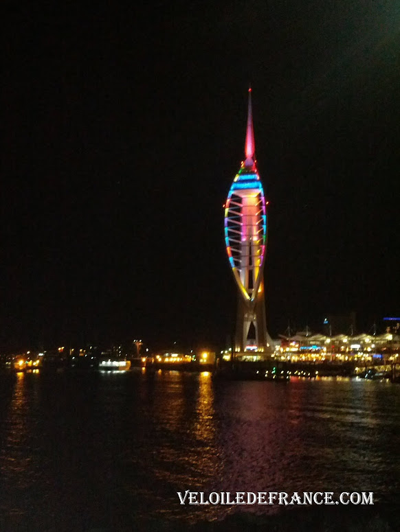 Tour Spinnaker Tower, emblème de Portsmouth - Paris Londres à vélo par veloiledefrance.com
