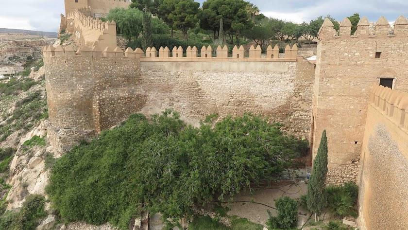 La muralla intervenida junto a la Puerta de la Justicia, ya sin mancha de humedad.