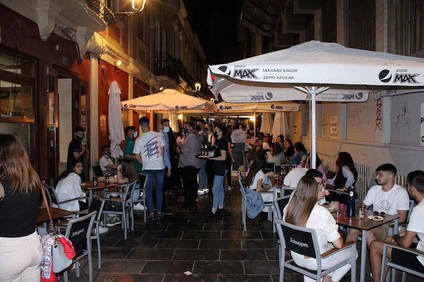 Los almerienses y visitantes tomaron los bares y restaurantes de la calle Padre Alfonso Torres.