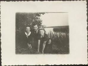 Photo: Przyjaciółki: Zofia Berezowska (zam. Kordal) i Stanisława Dąbrowska (zam. Suchorowska). W środku Tadeusz (Edward) Suchorowski.