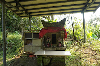 Photo: 古樸的土地公廟,見證與守護著古道的興衰