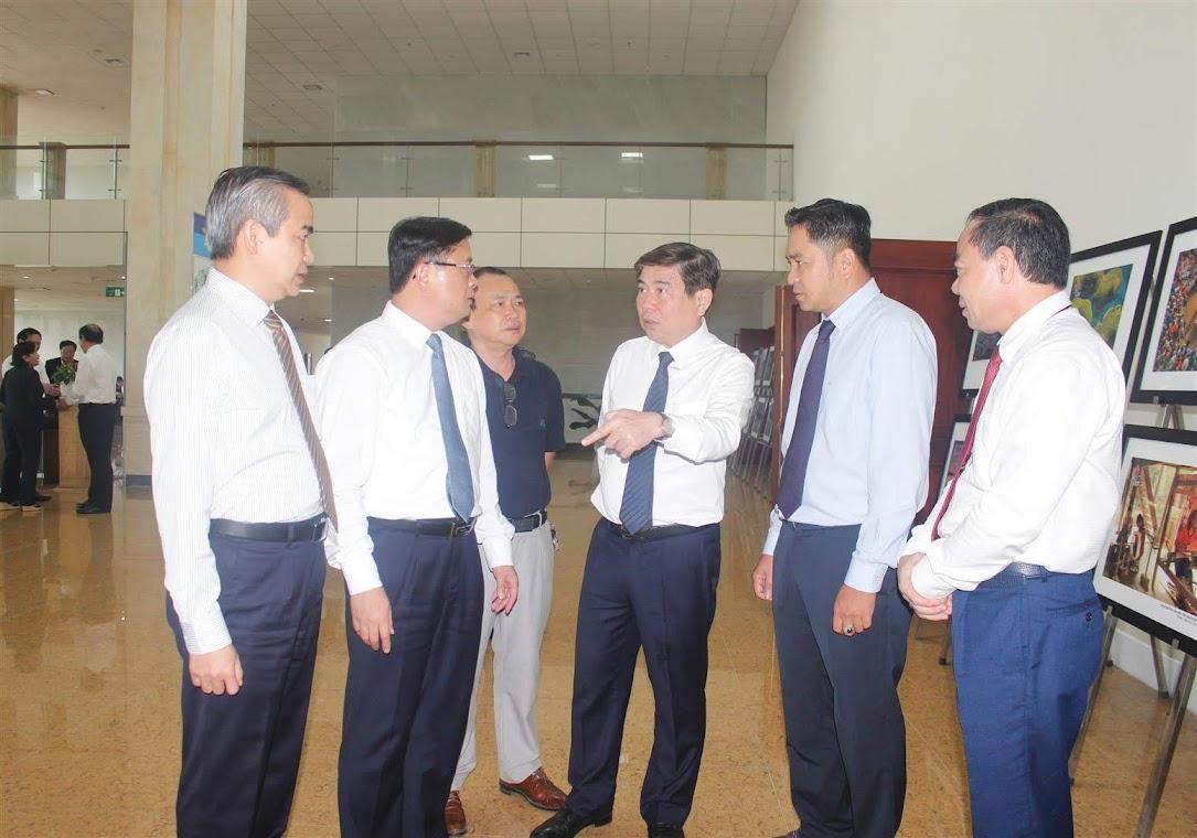 Các đại biểu thảo luận bên lề hội nghị