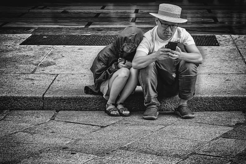 Stretti, stretti in una giornata di pioggia di Sergio Locatelli