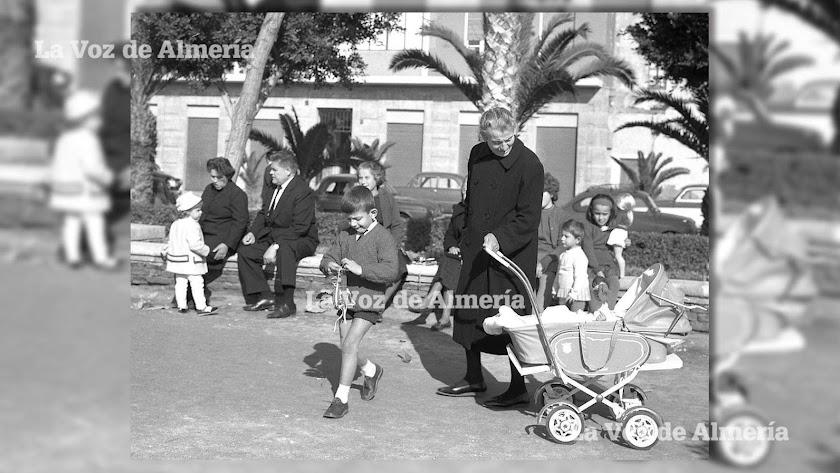 Una abuela disfrutando con sus nietos en una mañana de juegos en el desaparecido Parque Infantil de Almería.