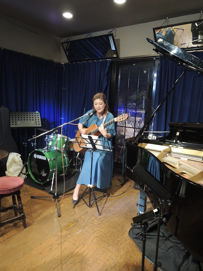 Kazue Taniyama sings to self-guitar playing