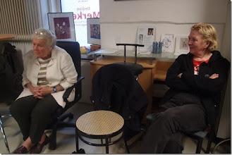 Photo: Künstlergespräch mit Sebastian Holecek (Peter Dusek) am 25.5.2015. Bärbel Holecek mit Dr. Renate Wagner. Foto: Herta Haider