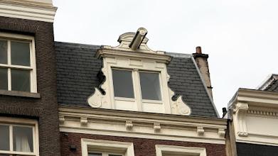 Photo: Evlere eşyaları merdivenlerden taşıyarak sokamadıkları için pencereden içeri alıyorlar