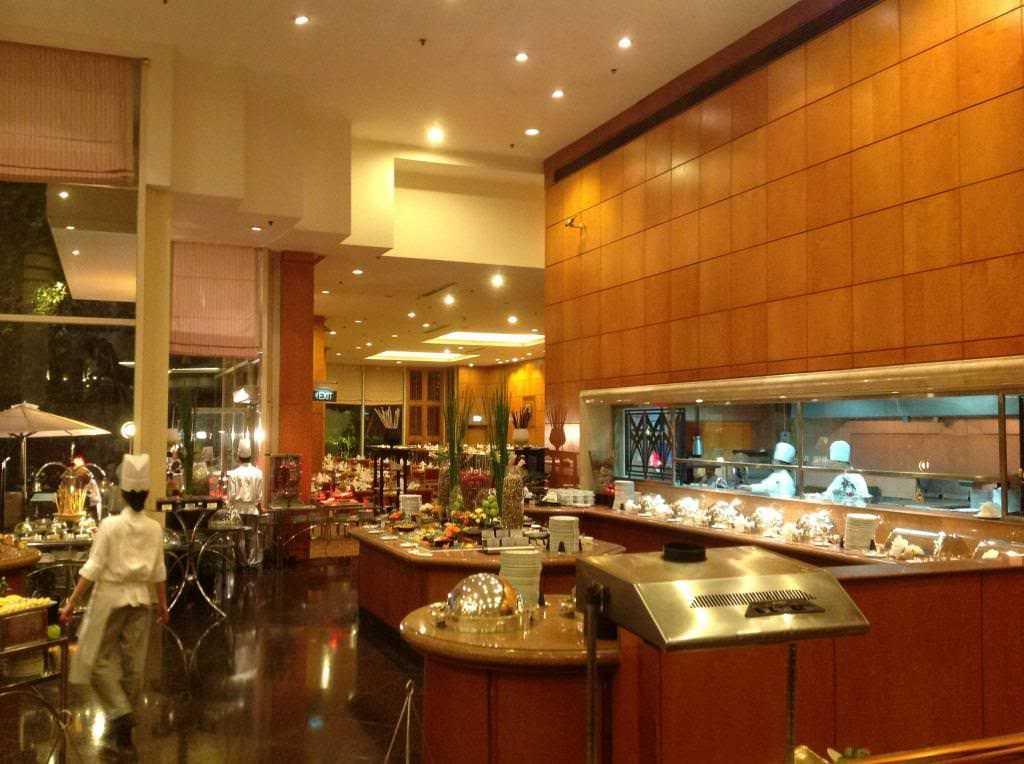 Không gian rộng rãi nhưng ấm cúng cùng buffet tôm hùm tại Buffet Atrium Cafe