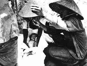 Photo: Việt cộng khủng bố tấn công một ngôi làng ở tỉnh Quảng Nam và giết chết nhiều phụ nữ và trẻ em vào tháng 5 năm 1970.  http://www.vietnam.ttu.edu/virtualarchive/items.php?item=VA056322   Terrorist communists attacked a village in Quang Nau province and killed many Vietnamese women and children in May 1970