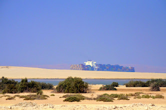 Photo: Containerschiff im Suezkanal