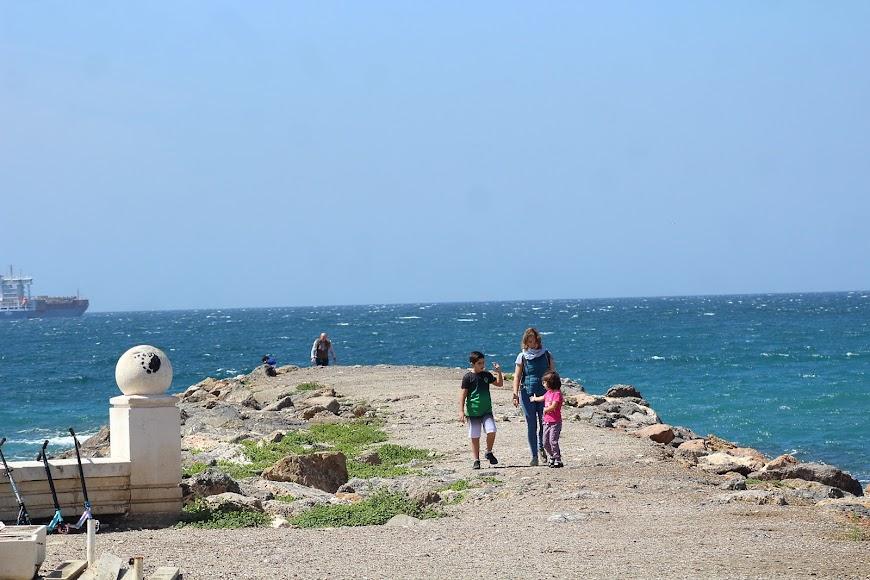 Paseando por el espigón de la playa de San Miguel.