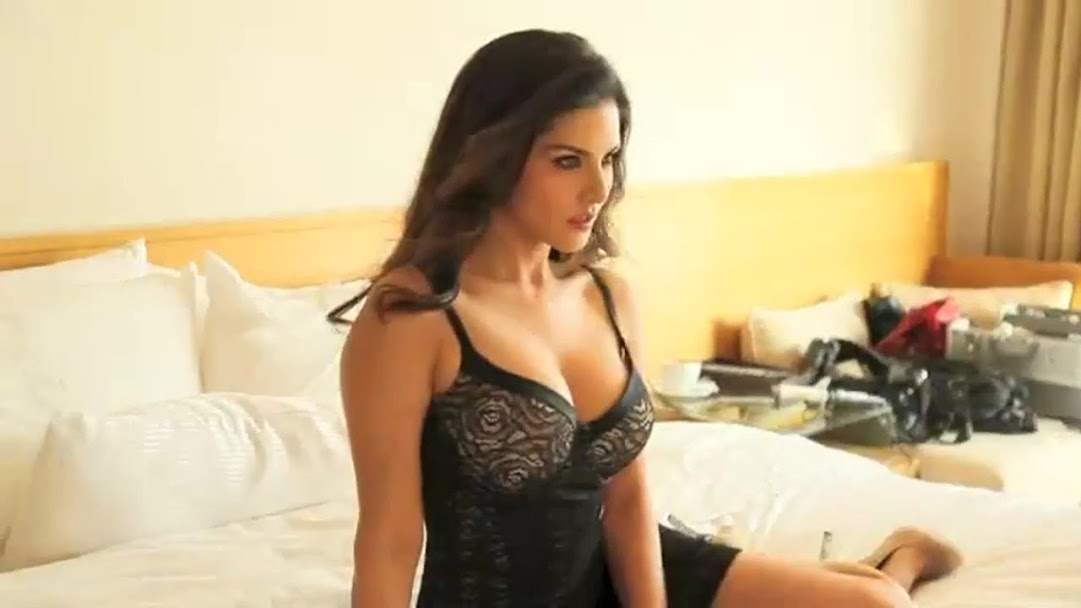 Sunny Leone in black dress, Sunny Leone on bed