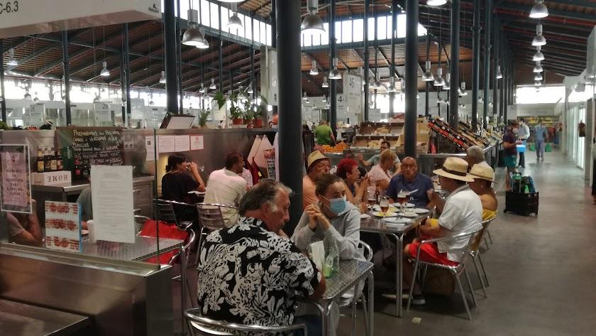 Terraza interior del bar cafetería Express en el recinto del mercado central