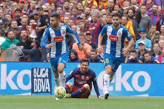 Rubén Duarte se lleva la pelota ante Leo Messi.