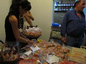 Photo: Preparando amorosamente el bendito prasad que se entregará al finalizar la actividad devocional.
