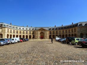 Photo: La Grande Ecurie du Roi à Versailles, siège de l'Académie du Spectacle Equestre - e-guide balade à vélo dans Versailles et son parc par veloiledefrance.com