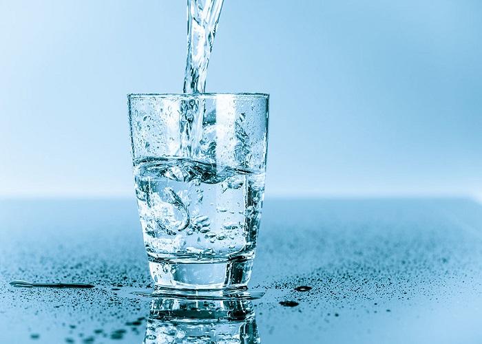 Người bị huyết áp thấp nên uống nhiều nước